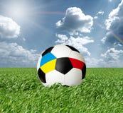 Fußballkugel mit Ukraine-und Polen-Markierungsfahnen stockfotos