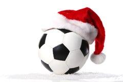 Fußballkugel mit Weihnachtsschutzkappe Stockfotos