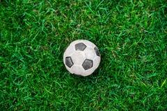 Fußballkugel oder Fußballkugel auf grünem Feld Stockbild
