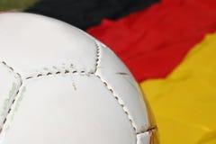 Fußballkugel und deutsche Markierungsfahne Stockbilder
