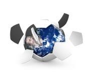 Fußballkugel und -erde stockfotografie