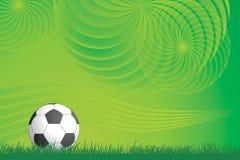 Fußballkugel und grüner Hintergrund Stockbild
