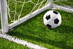 Fußballkugel und Zielnetz Stockbild