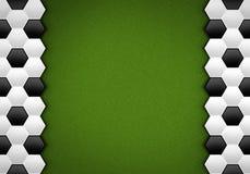Fußballkugelmuster auf grünem Muster Stock Abbildung