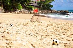 Fußballkugeln auf Sand Stockfoto