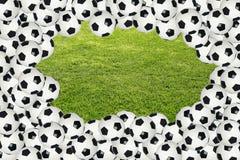 Fußballkugelrand über grünem Gras Stockfotos