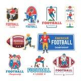 Fußballlogo-Vektorfußballspieler oder soccerplayer Charakter in der Sportkleidung, die mit soccerball auf Fußballplatz spielt Stockfotos