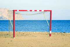 Fußballnetz auf dem Strand Stockfoto