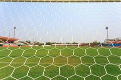 Fußballnetz mit Hintergrund des grünen Grases stockfotografie