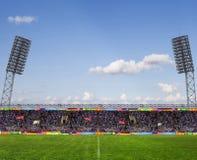 Fußballplatz mit Anzeigetafel Stockbild