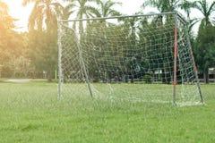 Fußballplatz mit rotem Tor lizenzfreie stockfotos