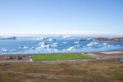 Fußballplatz in Qeqertarsuaq, Grönland Stockbild
