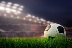 Fußballplatz und Stadion mit Fans die Nacht vor dem Match, s stockbilder