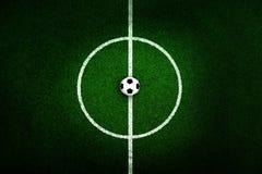 Fußballplatzmitte und -ball lizenzfreie stockfotos