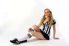 Fußballschiedsrichter, der auf Boden sitzt Stockfoto