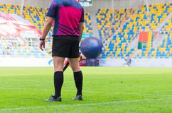 Fußballschiedsrichter mit Flagge Lizenzfreie Stockbilder