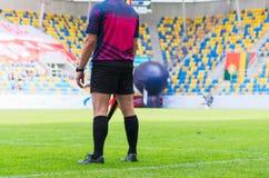 Fußballschiedsrichter mit Flagge Stockfoto