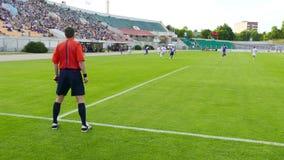 Fußballschiedsrichter passt das Spiel auf stock video footage