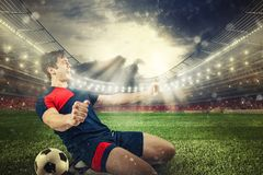 Fußballschlaggerät freut sich für den Sieg am Stadion lizenzfreie stockfotos