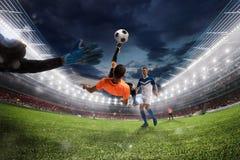 Fußballschlaggerät schlägt den Ball mit einem akrobatischen Fahrradtritt Wiedergabe 3d stockbild