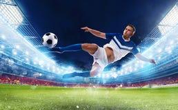 Fußballschlaggerätschläge der Ball mit einem akrobatischen treten herein ein Stadion lizenzfreie stockfotos