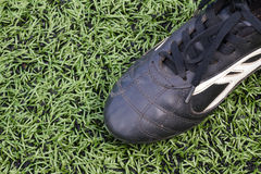 Fußballschuhe auf Gras Stockfotos