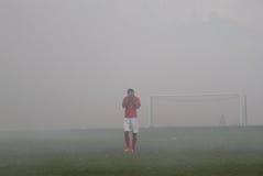 Fußballspiel gestoppt wegen des Rauches von den Feuerwerken Stockfoto