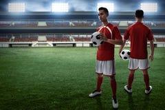 Fußballspieler auf dem Feld Stockfotos