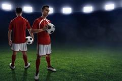 Fußballspieler auf dem Feld Lizenzfreie Stockbilder