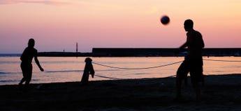 Fußballspieler auf einem Strand Stockbild