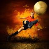 Fußballspieler in den Feuern Stockbild