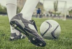 Fußballspieler in den Stiefeln am Fußballstadion lizenzfreies stockfoto