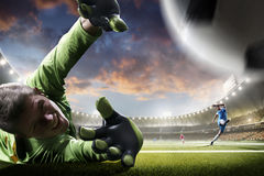 Fußballspieler in der Aktion auf Sonnenuntergangstadions-Hintergrundpanorama Lizenzfreies Stockbild