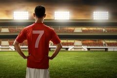 Fußballspieler, der auf dem Feld steht Stockfoto