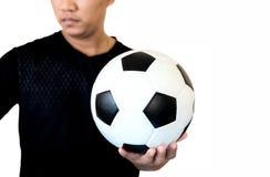 Fußballspieler, der Ball auf Fußballstadion von championshi hält stockbild