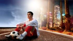 Fußballspieler in der Stadt Stockfotos