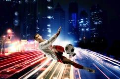 Fußballspieler in der Stadt Lizenzfreie Stockfotos