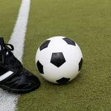 Fußballspieler, der Tritt mit Ball auf Fußballstadionsfeld tut Lizenzfreie Stockbilder