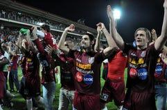Fußballspieler, die einen Liga-Titel feiern Lizenzfreie Stockfotografie