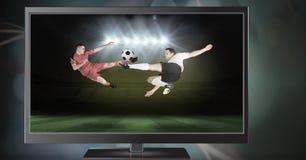 Fußballspieler, die für Ball im Stadion springen stockfotos