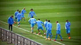 Fußballspieler, die tröpfelnde Übung tun