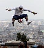 Fußballspieler Freestyler in Paris stockbilder