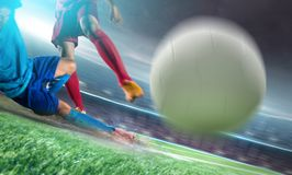Fußballspieler im Aktionstrittball am Stadion stockbilder