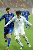 Fußballspieler kämpfen für das Ball Meister-Punktspiel Otelul Galati-FC Basel lizenzfreie stockbilder