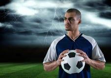 Fußballspieler mit Ball auf seiner Hand auf dem Gebiet sturm Stockfoto
