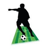Fußballspieler mit dem Ball aus den Grund Stockbild