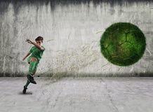 Fußballspieler-Schießenball Stockfotos