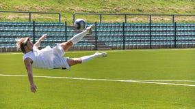 Fußballspieler-Schießenkugel Stockfotografie