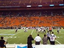 Fußballspieler stoßen auf die Linie des Gedränges nahe dem Ziel zusammen Stockbilder