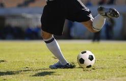 Fußballspieler-Torhütertritt der Ball während des Fußballspiels Lizenzfreies Stockfoto